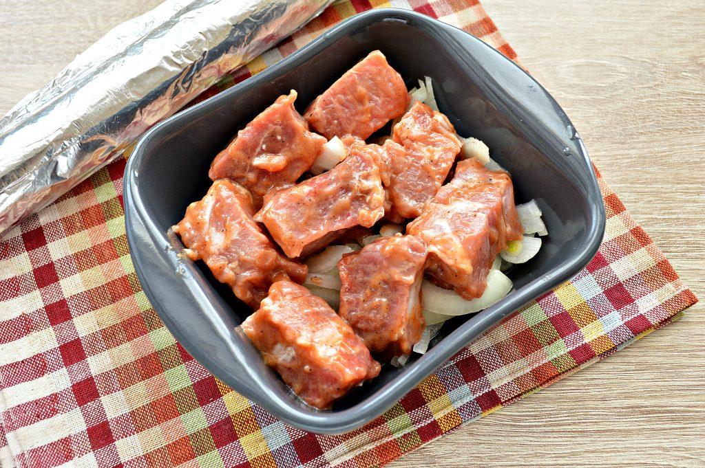Фото рецепта - Запеченная свинина на луковой подушке - шаг 4