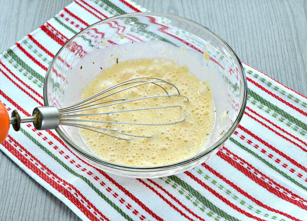 Фото рецепта - Сытный омлет с домашними пельменями - шаг 4