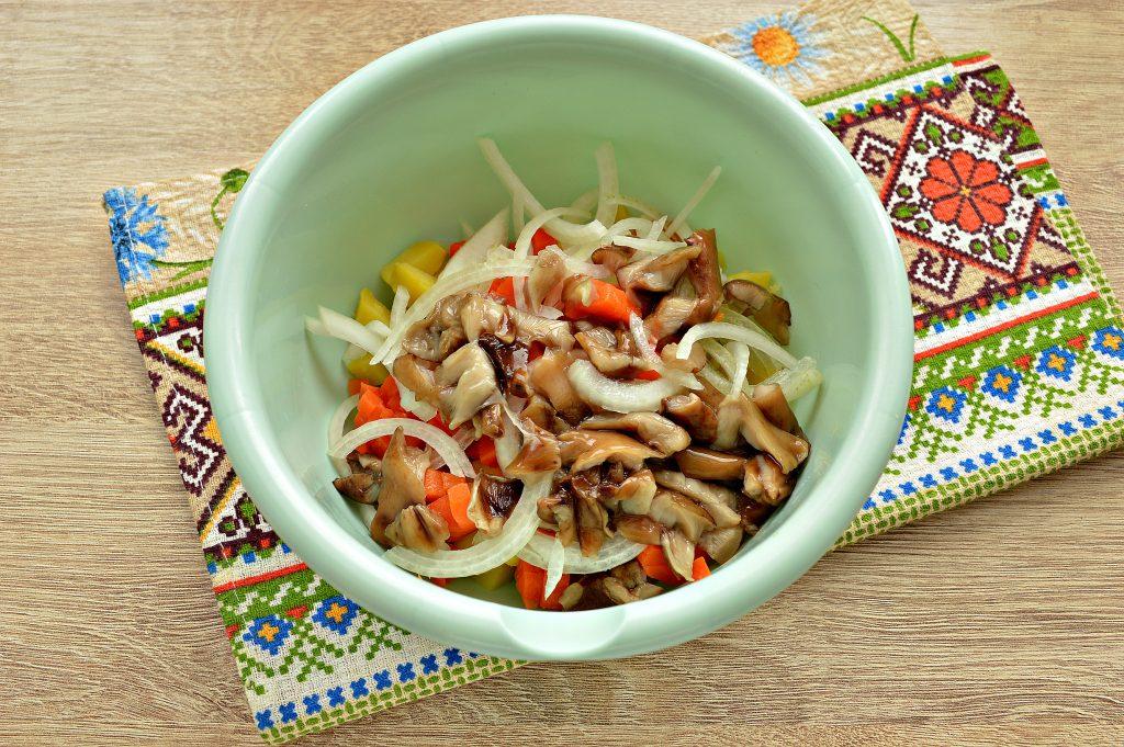 Фото рецепта - Овощной салат с маринованными опятами - шаг 4