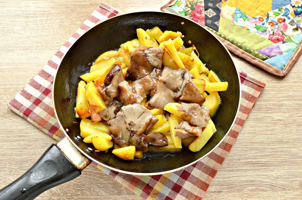 Фото рецепта - Жареный картофель с маринованными грибами - шаг 4