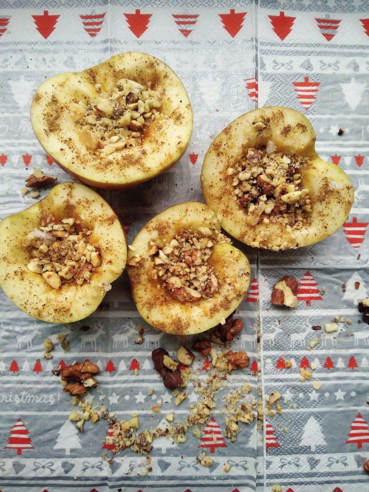 Фото рецепта - Печеные яблоки с медом, арахисом и грецким орехом - шаг 2