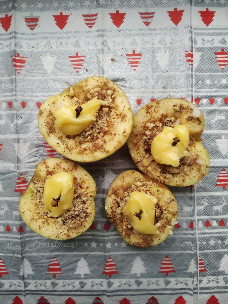 Фото рецепта - Печеные яблоки с медом, арахисом и грецким орехом - шаг 4