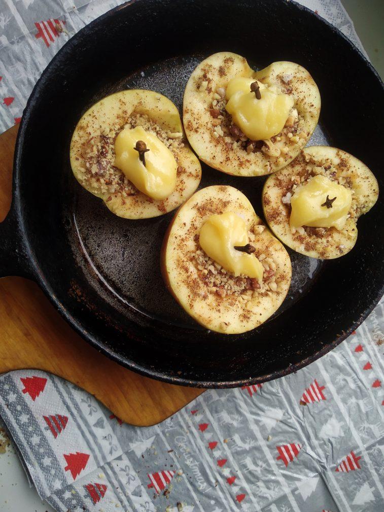 Фото рецепта - Печеные яблоки с медом, арахисом и грецким орехом - шаг 5