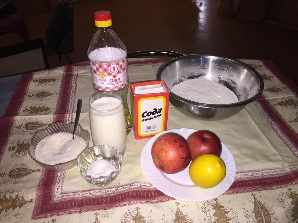 Фото рецепта - Оладушки с яблоками в сахарной карамели - шаг 1