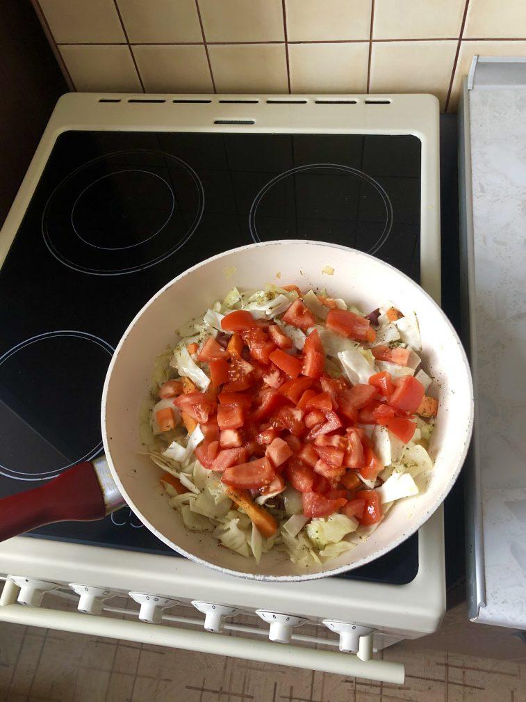 Фото рецепта - Тушеная капуста с говяжьей колбасой и помидорами - шаг 4