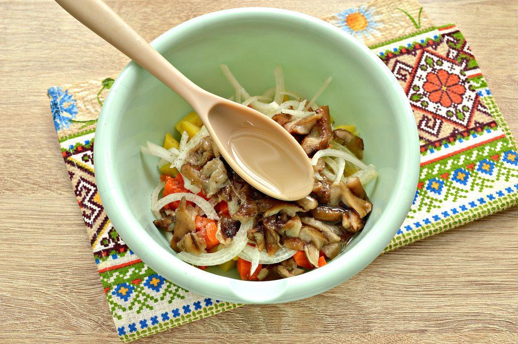 Фото рецепта - Овощной салат с маринованными опятами - шаг 5