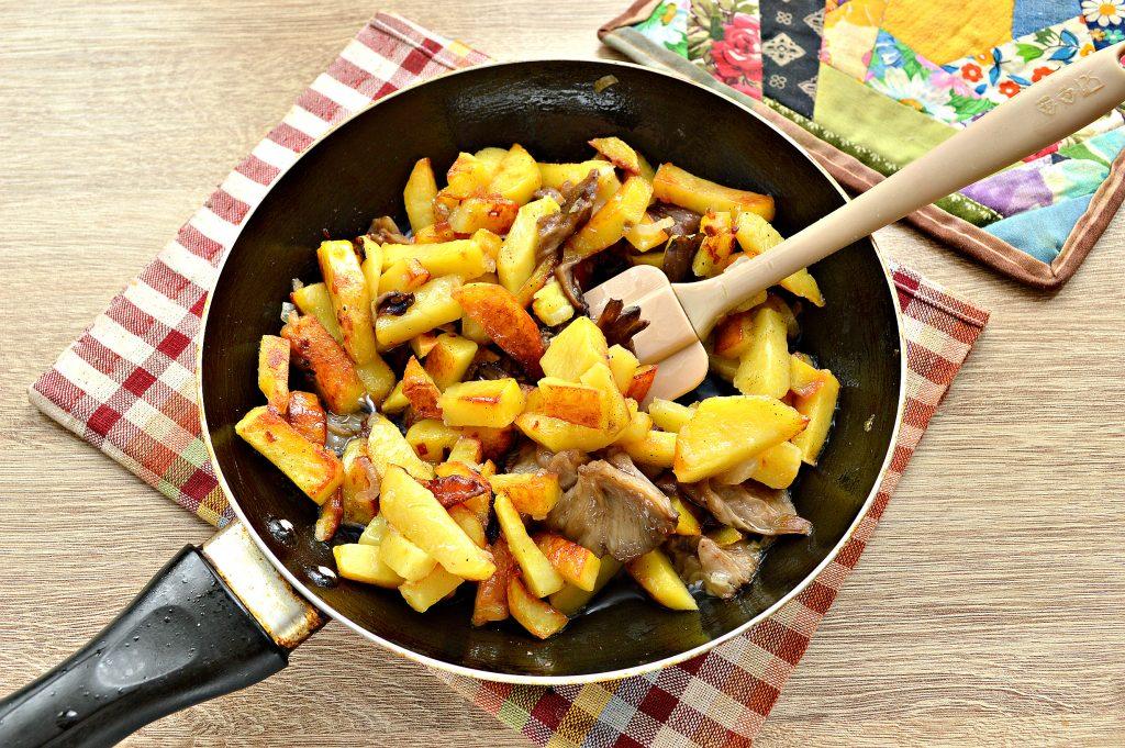 Фото рецепта - Жареный картофель с маринованными грибами - шаг 5