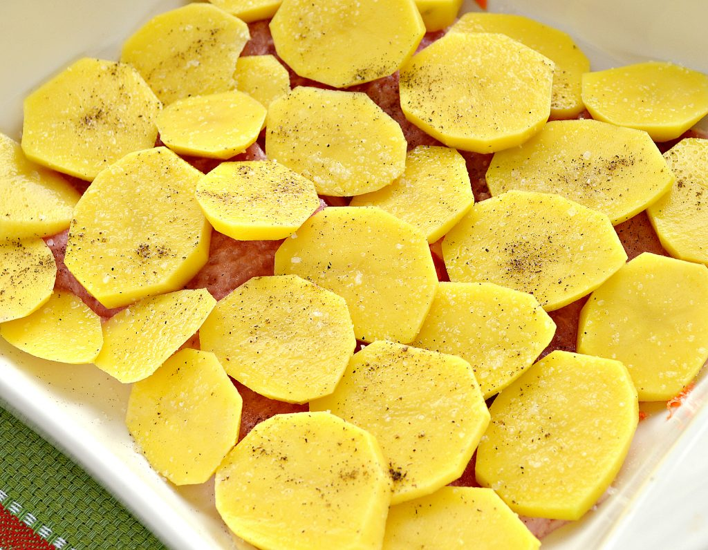 Фото рецепта - Свинина, запеченная с картофелем под майонезом - шаг 5
