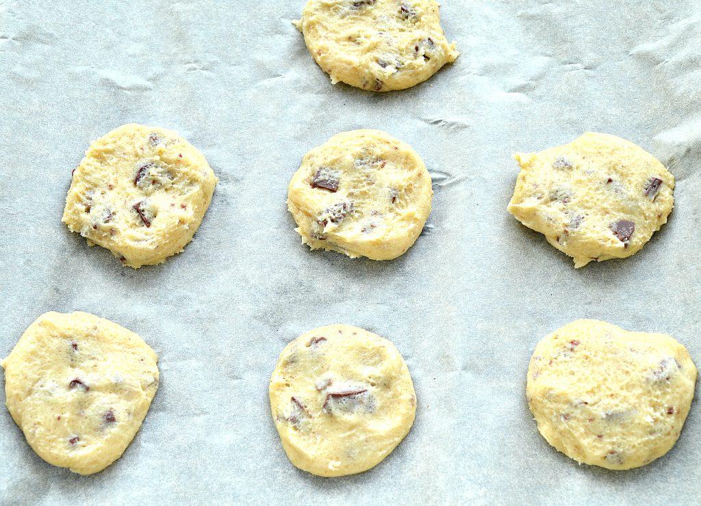 Фото рецепта - Печенье с кусочками шоколада - шаг 5