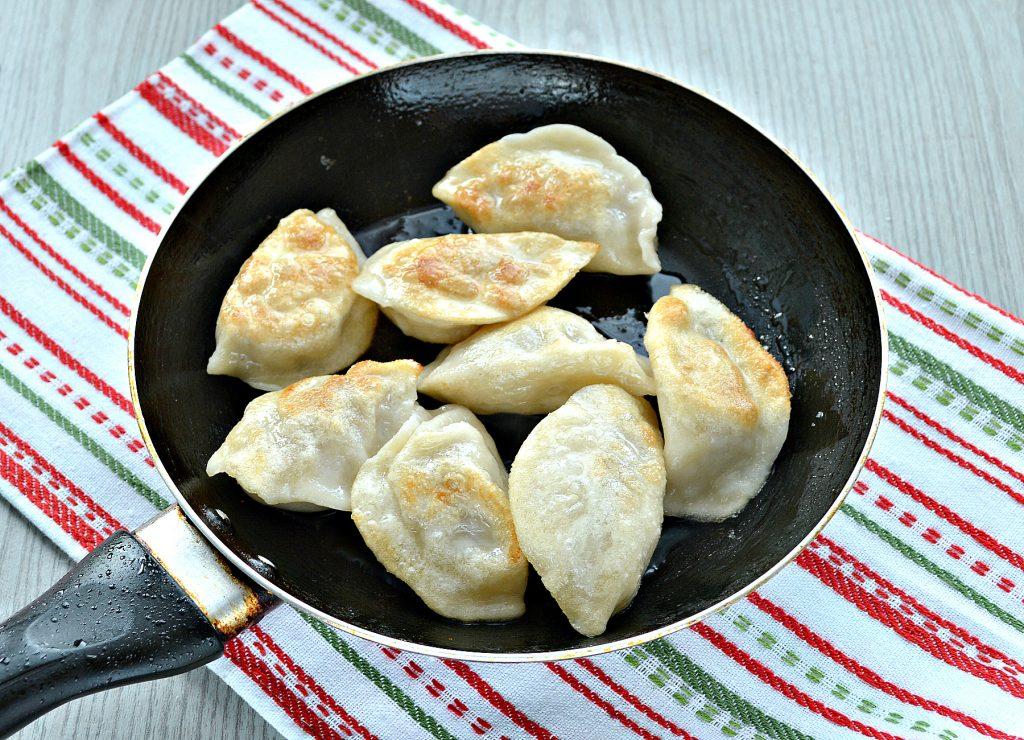 Фото рецепта - Сытный омлет с домашними пельменями - шаг 5