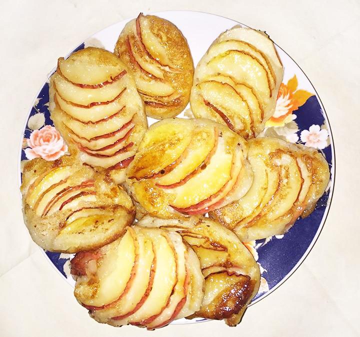 Оладушки с яблоками в сахарной карамели