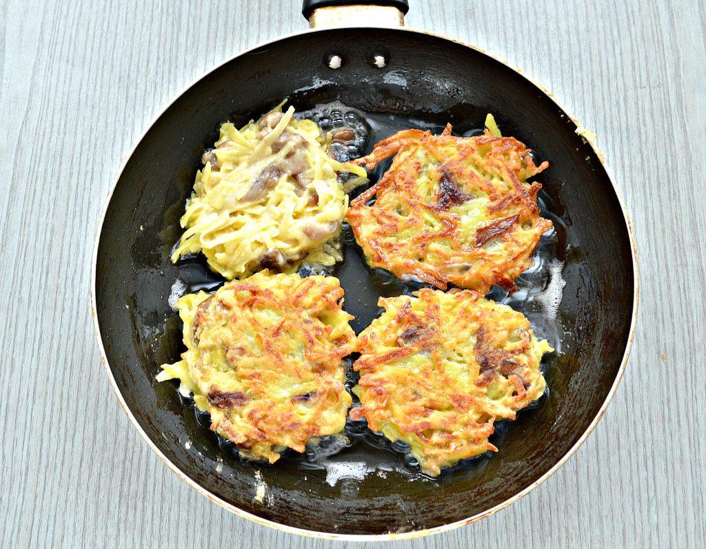 Фото рецепта - Картофельные драники на сковороде с грибами - шаг 6