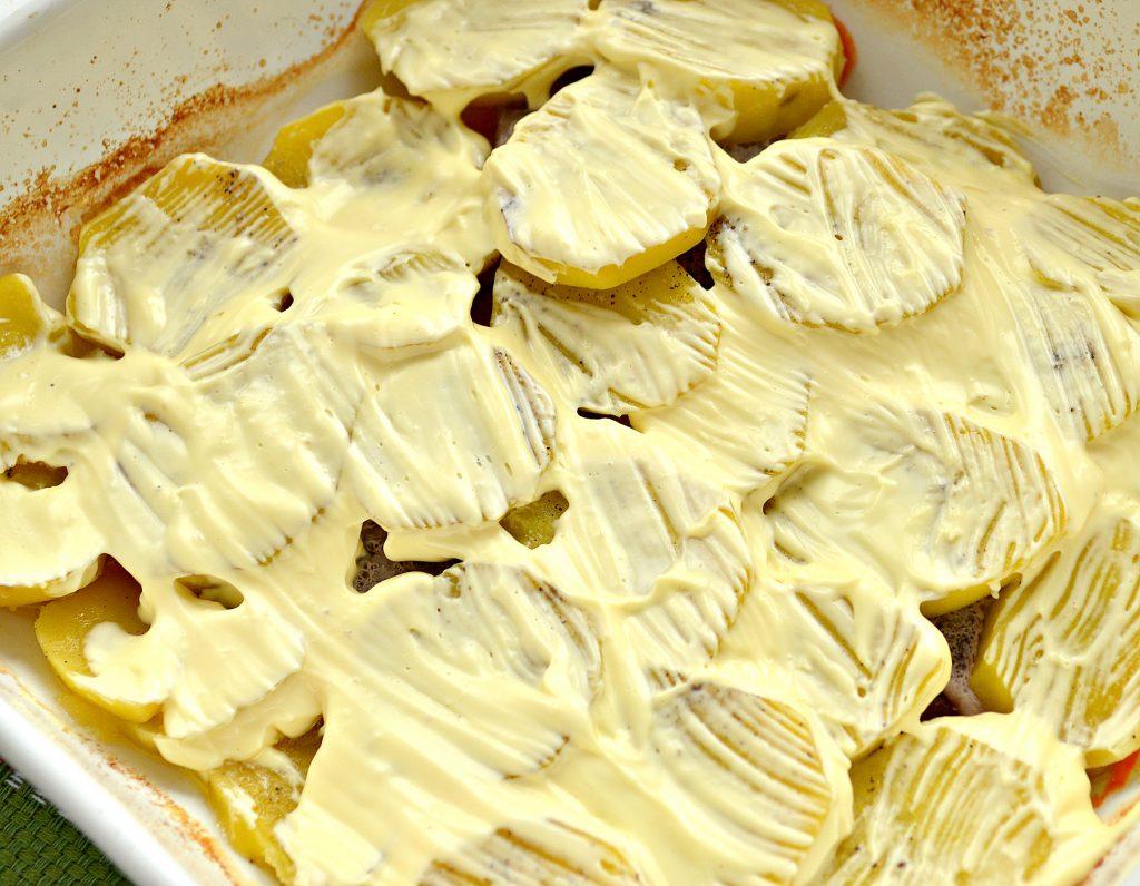 Фото рецепта - Свинина, запеченная с картофелем под майонезом - шаг 6