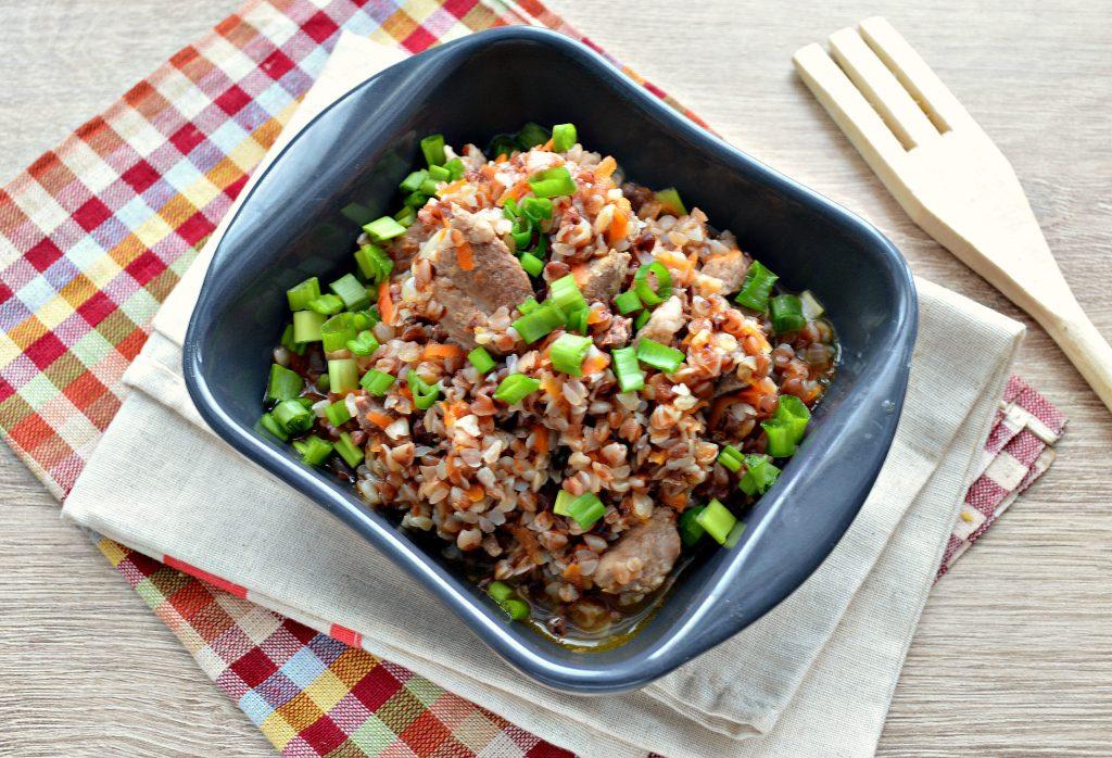 Фото рецепта - Свинина с гречкой и овощами в кастрюле - шаг 6