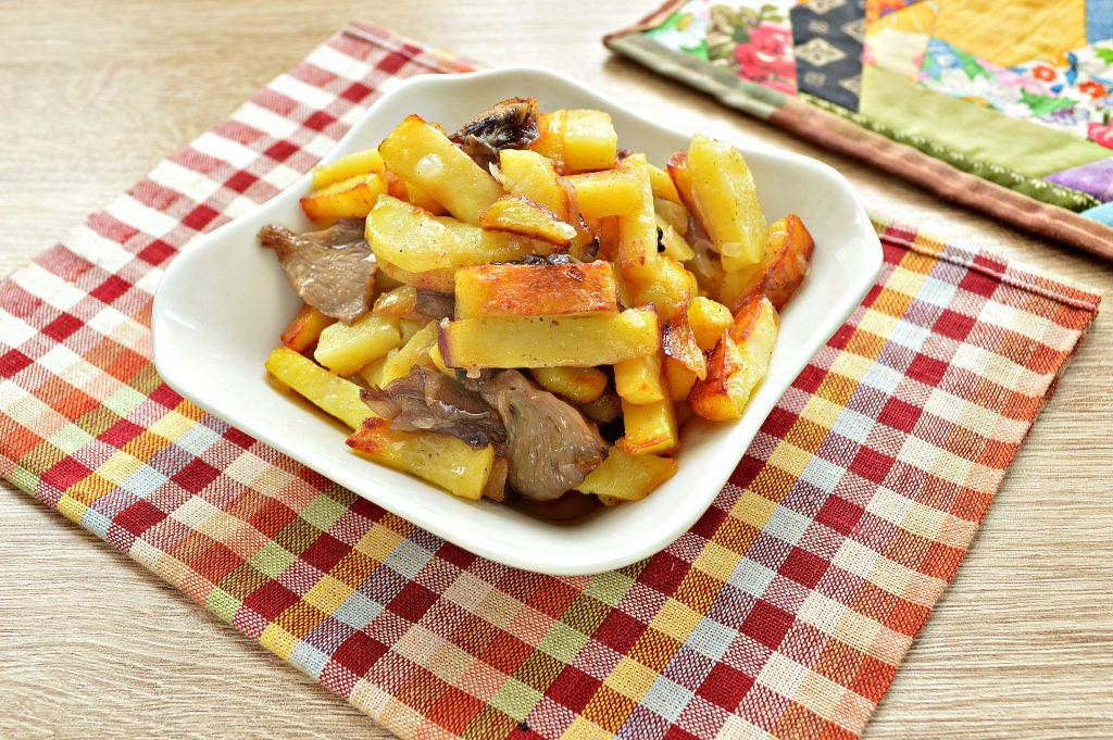Фото рецепта - Жареный картофель с маринованными грибами - шаг 6