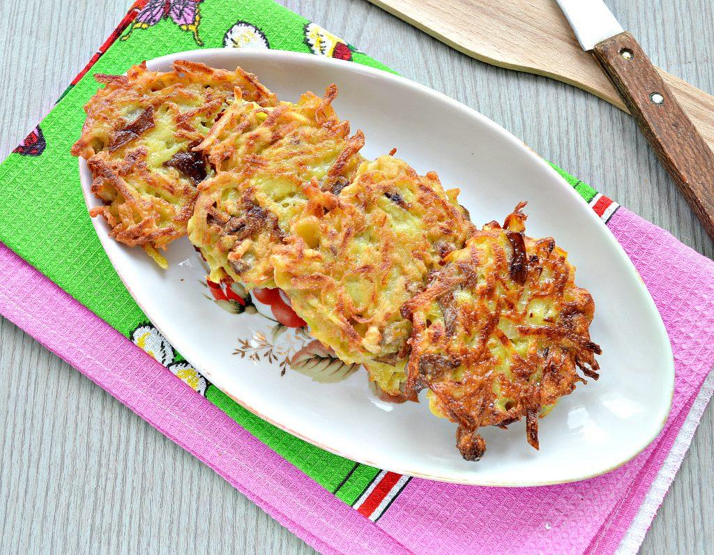 Фото рецепта - Картофельные драники на сковороде с грибами - шаг 7