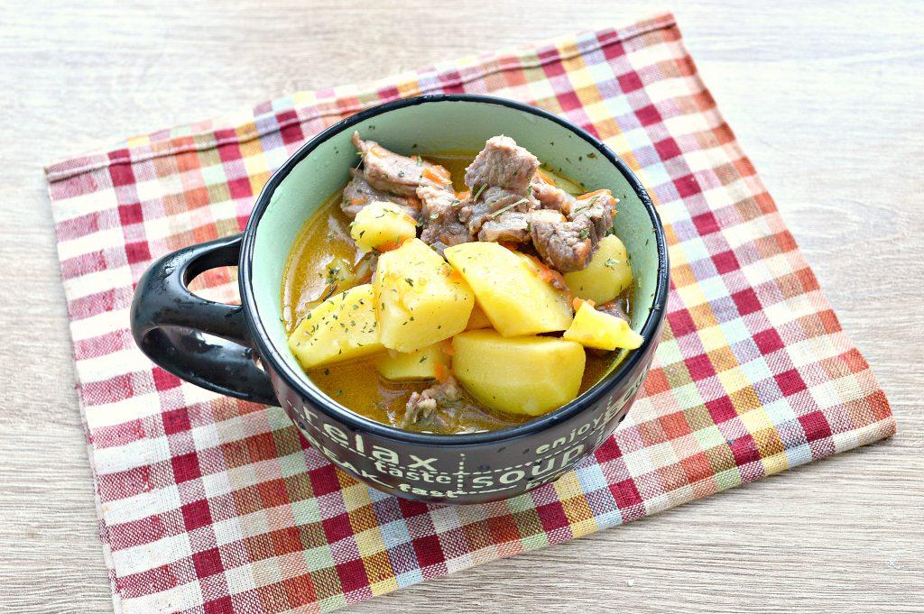 Фото рецепта - Свинина, тушенная с картофелем в кастрюле - шаг 6