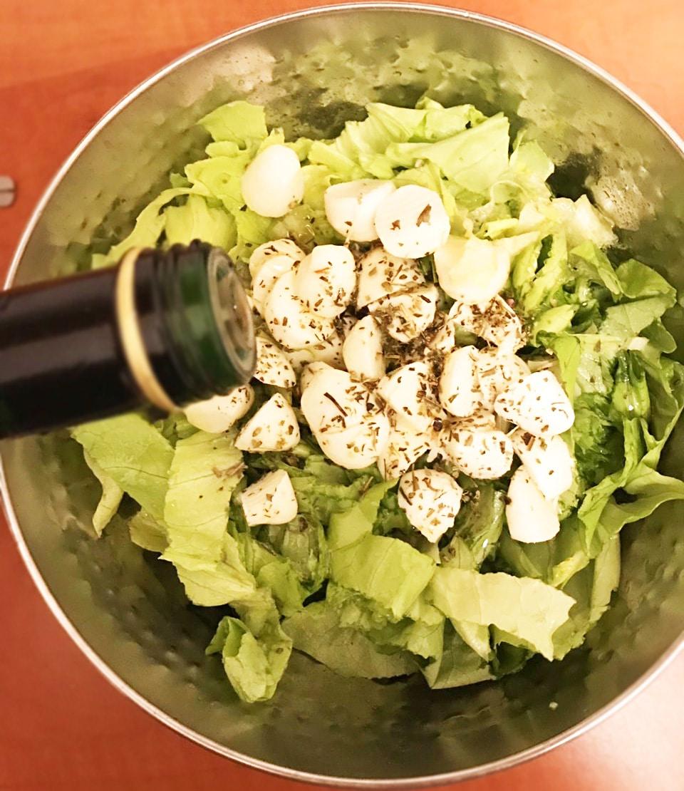Диетический салат с моцареллой