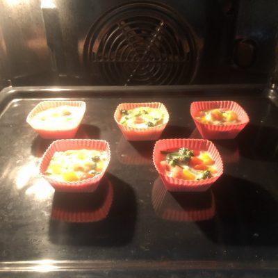 Фото рецепта - Мини-омлет, запеченный с овощами - шаг 7