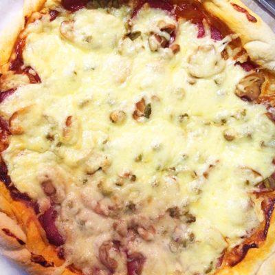 Домашняя пицца с грибами и колбасой - рецепт с фото