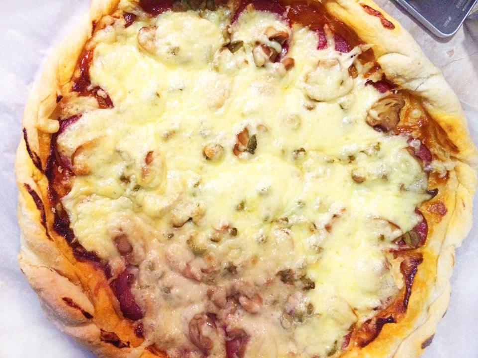 Домашняя пицца с грибами и колбасой