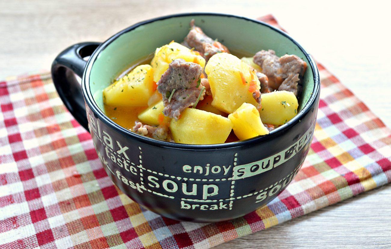 Свинина, тушенная с картофелем в кастрюле