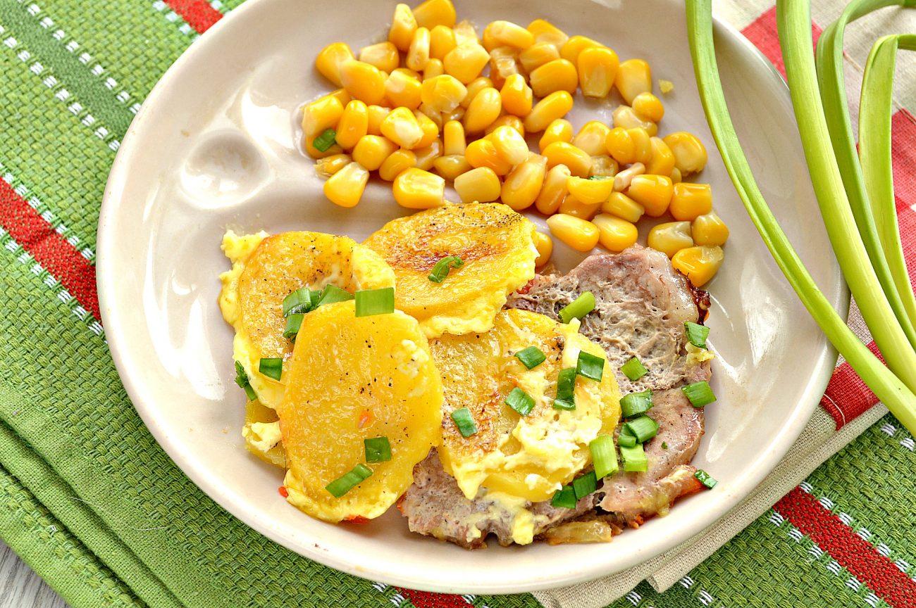 Свинина, запеченная с картофелем под майонезом