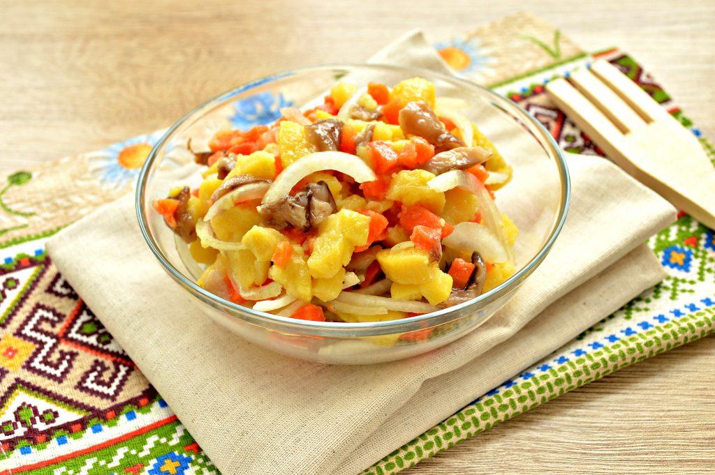 Фото рецепта - Овощной салат с маринованными опятами - шаг 6