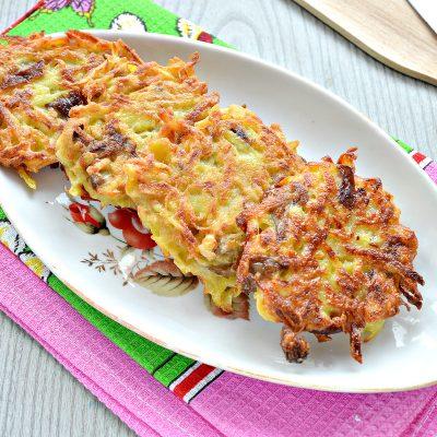 Картофельные драники на сковороде с грибами - рецепт с фото
