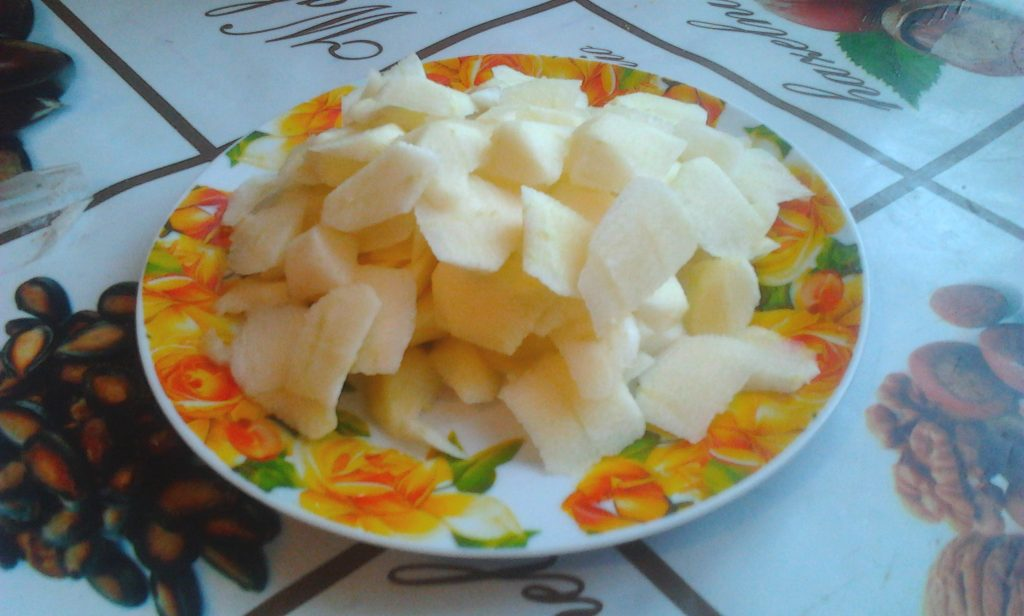 Фото рецепта - Вкуснейший торт без выпечки со сметаной, печеньем и яблоком - шаг 3