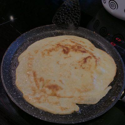 Фото рецепта - Вкусные блинчики на молоке на завтрак - шаг 9
