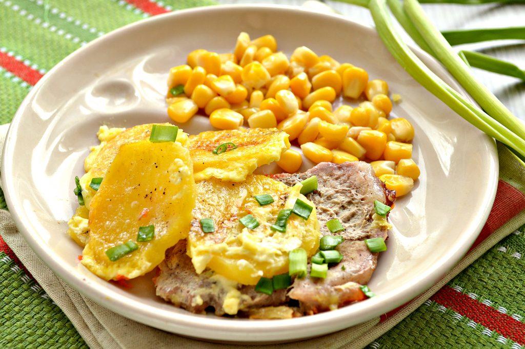 Фото рецепта - Свинина, запеченная с картофелем под майонезом - шаг 8