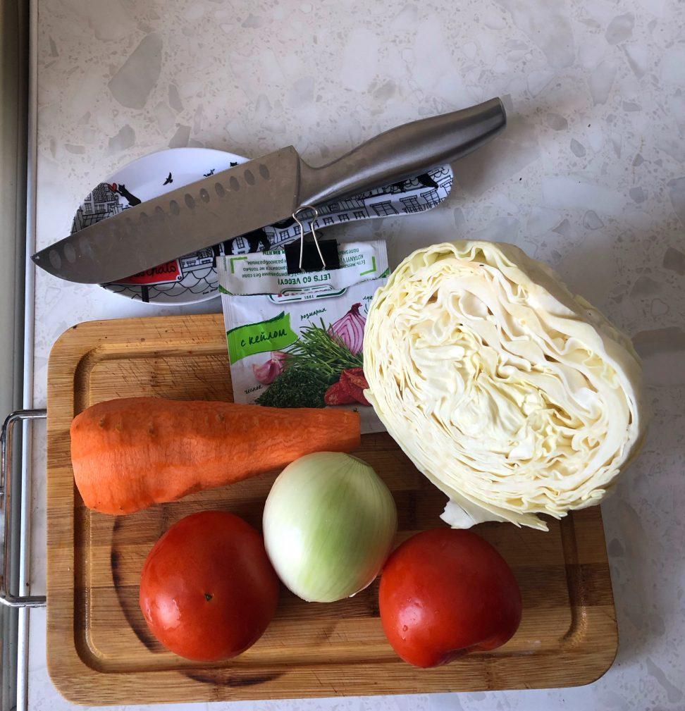 Фото рецепта - Тушеная капуста с говяжьей колбасой и помидорами - шаг 1