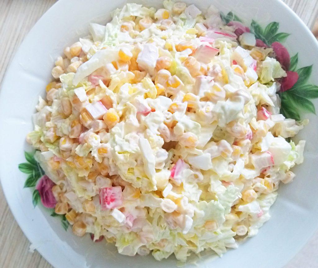 Фото рецепта - Крабовый салат с кукурузой и пекинской капустой - шаг 6