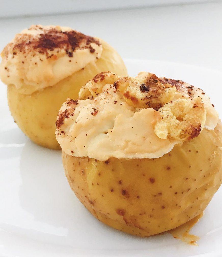 Фото рецепта - Запечённые яблоки в духовке, фаршированные творогом - шаг 5