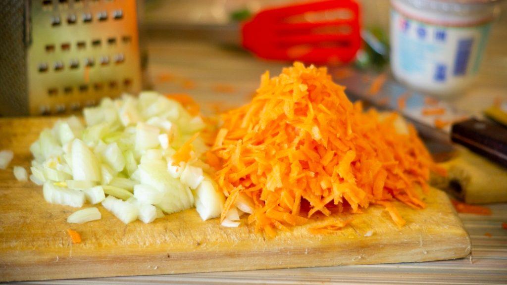 Фото рецепта - Минтай, в сметане с овощами - шаг 3