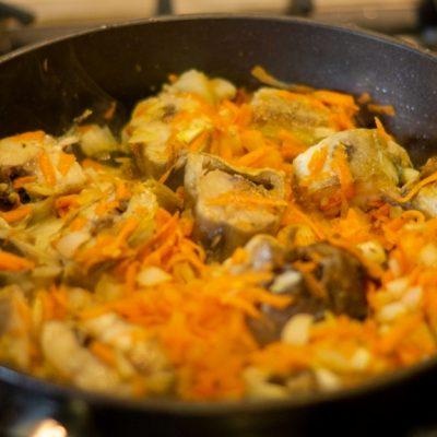 Фото рецепта - Минтай, в сметане с овощами - шаг 4
