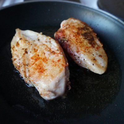 """Фото рецепта - """"Ужин на скорую руку"""" из куриной грудки - шаг 5"""