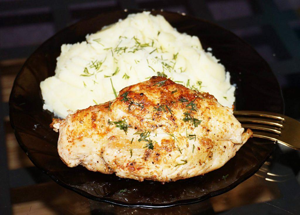 """Фото рецепта - """"Ужин на скорую руку"""" из куриной грудки - шаг 6"""