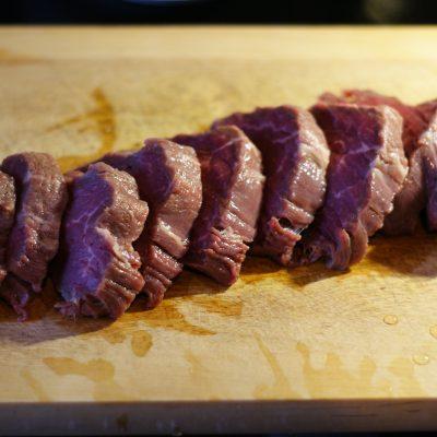 Фото рецепта - Пикантная отбивная из говядины, запеченная с ананасом - шаг 2