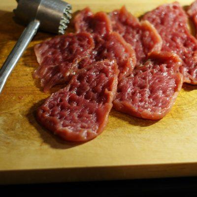 Фото рецепта - Свинина запеченная с маринованными огурцами - шаг 2