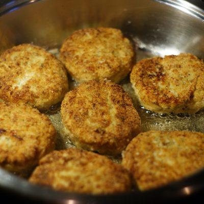 Фото рецепта - Нежные куриные котлеты с творогом - шаг 7
