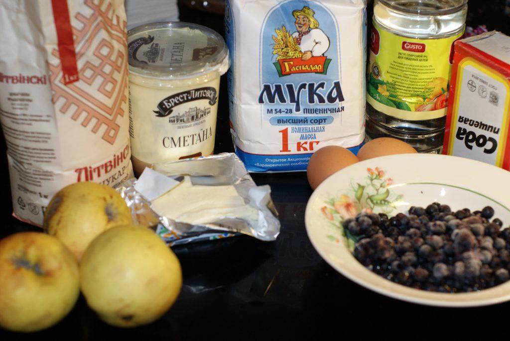Фото рецепта - Яблочно-черничный пирог на сметане - шаг 1