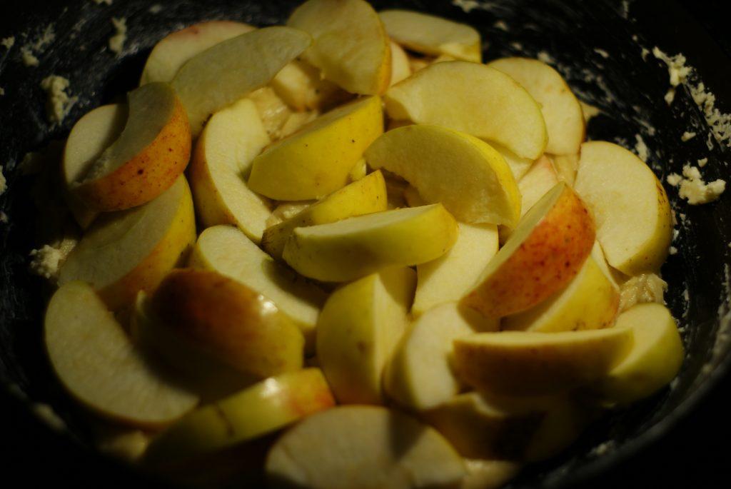 Фото рецепта - Яблочно-черничный пирог на сметане - шаг 6
