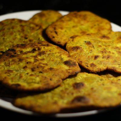 Фото рецепта - Индийские лепешки с чесноком - шаг 8