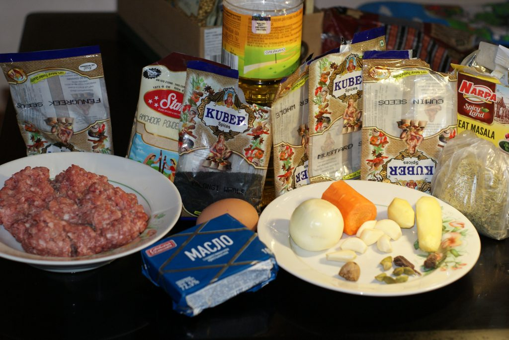 Фото рецепта - Ароматные свиные котлеты в сухарях - шаг 1
