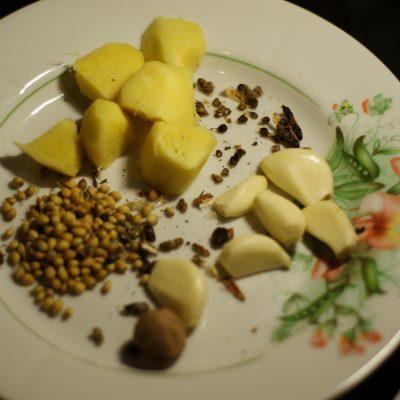 Фото рецепта - Ароматные свиные котлеты в сухарях - шаг 4