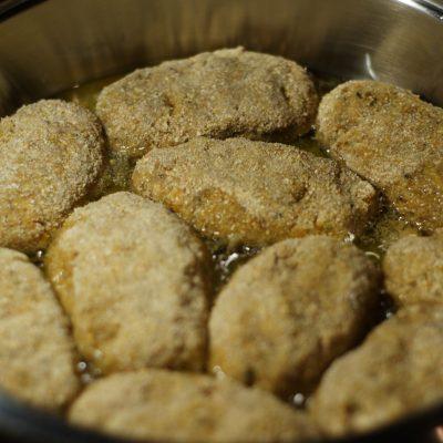 Фото рецепта - Ароматные свиные котлеты в сухарях - шаг 6