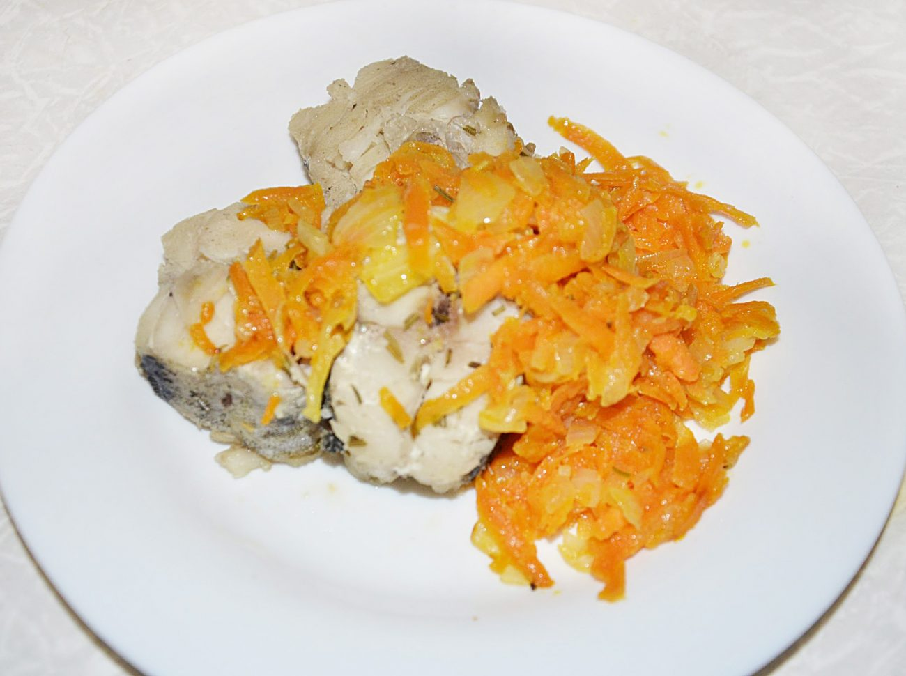Минтай, тушеный с морковью