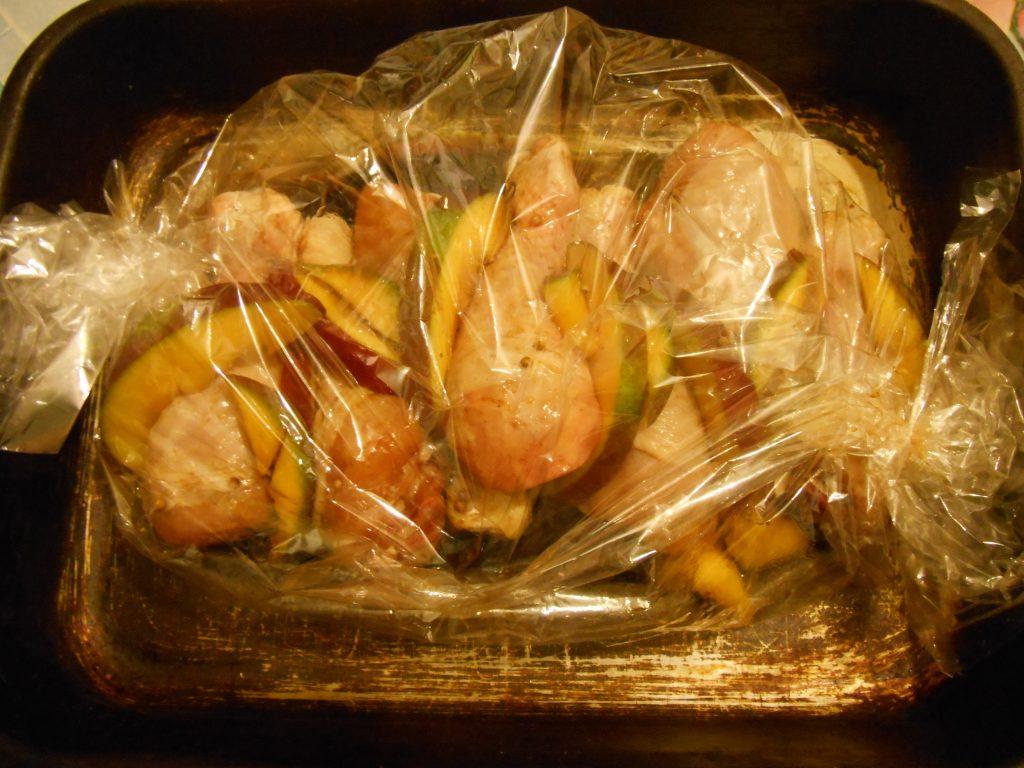 Фото рецепта - Куриные голени в соевом соусе с манго, запечённые в рукаве - шаг 5